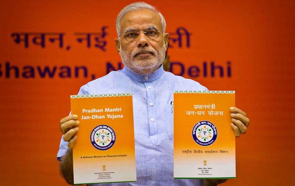 जन-धन योजनेची सुरूवात करतांना पंतप्रधान नरेंद्र मोदी