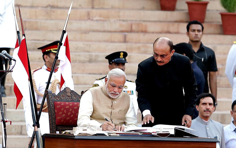 राष्ट्रपती भवनात 26 मे रोजी भारताच्या 15व्या पंतप्रधान पदाची शपत घेतांना नरेंद्र दामोदरदास मोदी