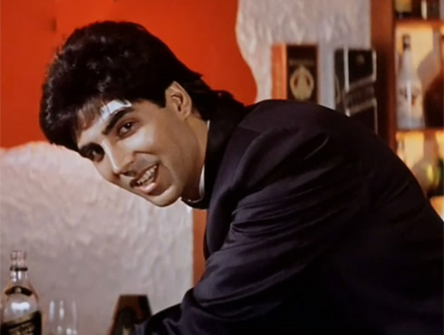 <h3>मोहरा</h3><br/>१९९४ मधील मोहरा सिनेमातील अक्षय कुमारची पोलीस अधिकाऱ्याची भूमिका लोकांना आवडली. रवीना टंडन बरोबर अक्षय कुमारची जोडी भाव खाऊन गेली. या सिनेमामुळे ऍक्शन थ्रिलर सिनेमांचं वेगळं युग आलं, आणि अत्रय कुमार या सिनेमांमुळे आघाडीचं नाव बनलं.