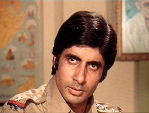 <h3>जंजीर</h3><br/>१९७३ साली आलेल्या प्रकाश मेहरांच्या जंजीर सिनेमाने हिंदी सिनेसृष्टीला हादरवून सोडलं. जंजीरसारख्या देमारपटाने तोपर्यंतच्या हिंदी सिनेसृष्टीतल्या स्वप्नाळू नायकाचा चेहरा मोहराच बदलून टाकला. अस्वस्थ आणि नजरेत विखार भरलेला अमिताभच्या अँग्री यंग मॅन अवताराचा या सिनेमातून जन्म झाला.
