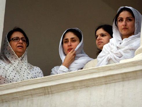 <h3>आधाराचा खांदा</h3><br/>सैफ मंसूर अली खान पतौडी यांचे अंत्यदर्शन घेण्यासाठी करीना सैफच्या घरी गेली होती, तेव्हाचा हा दुर्मिळ फोटो.<br><br> त्यावेळी तिनं सैफची आई शिर्मिला टागोरला खूप धीर दिला आणि कठीण परिस्थितीत साथ दिली. दुःखाच्या प्रसंगी पतौडी घरण्यासही करीनाकडून मिळालेल्या धीरामुळे त्यांनाही खूप आपलेसे वाटले.