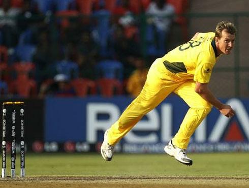 <h3>ब्रेट ली, ३/२७ वि. बांग्ला देश, २००७-०८</h3><br/>ऑस्ट्रेलियाच्या तुफानी गोलंदाजाने आंतरराष्ट्रीय टी-२०च्या इतिहासात पहिली वहिली हॅटट्रिक केली.दक्षिण आफ्रिकेत श्रीलंकेविरुद्ध खेळताना ब्रेट लीने पहिली हॅट ट्रिक केली. ती इनिंगची १७वी ओव्हर होती, पहिल्या त्याच्या बॉलवर ४ मारली गोली होती. पण, त्यानंतर ब्रेट लीने लागोपाठ शाकिब अल हसन, माश्रफ मुर्तझा आणि आलोक कपाली या बॅट्समनला तंबून परतवलं होतं. <br>२००३मध्येही दक्षिण आफ्रिकेतच २००३च्या डर्बनमधील विश्वचषकात केनयाविरुद्ध ही हॅट ट्रिक त्याने केली होती. <br><br>Lee's spell: 4-0-27-3<br>