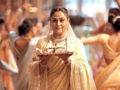 <h3>बॉलिवूडची दिवाळी</h3><br/>दिवाळी म्हणजे दिव्यांचा उत्सव. याच दिवशी १४ वर्षांचा वनवास भोगून राम, लक्ष्मण, सीता पुन्हा अयोध्येमध्ये परतले होते. यावेळी रामरायाच्या स्वागतासाठी संपूर्ण जनतेने दिव्यांची आरास मांडली. दारोदारी आकाशकंदिल लावले. अशी दिवाळी भारतीयांसाठी जिहाळ्याच सण आहे. या सणाचं महत्व आणि लोकांचा आनंद लक्षात घेऊन बॉलिवूडनेही आपल्या गाण्यांमध्ये दिवाळीचं वैशिष्ट्य नेहमीच अधोरेखीत केलं आहे. अशीच काही दिवाळीची गाणी.
