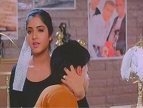 <h3>शाहरुखची बॉलिवूडमधली २० वर्ष पूर्ण</h3><br/>२५ जून १९९२ मध्ये शाहरुख खान पहिल्यांदाच 'दिवाणा' या सिनेमातून ऋषी कपूर आणि दिव्या भारती यांच्यासोबत मोठ्या पडद्यावर झळकला आणि याच सिनेमासाठी नवोदित कलाकार म्हणून त्याला पहिलं-वहिलं फिल्मफेअर अवॉर्डही मिळालं.<br>