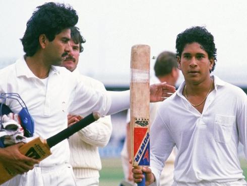 <h3>'मास्टर ब्लास्टर'ची आंतरराष्ट्रीय क्रिकेटमध्ये २३ वर्ष पूर्ण</h3><br/>वयाच्या सोळाव्या वर्षी मराठमोळ्या सचिन तेंडुलकरनं १५ नोव्हेंबर १९८९ रोजी आपल्या आंतराराष्ट्रीय कारकिर्दीतील प्रथम पाऊल टाकलं. कराचीमध्ये पाकिस्तानविरुद्ध ही त्याची पहिली वहिली मॅच झाली. तो जेव्हा अहमदाबादमध्ये १५ नोव्हेंबर २०१२ रोजी झालेल्या इंग्लंडविरुद्धच्या टेस्ट मॅचच्या पहिल्या दिवशी मैदानावर उतरला तेव्हा त्यानं आपल्या कारकिर्दीची २३ वर्ष पूण केली होती.<br>