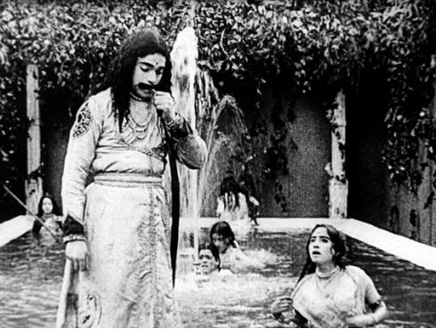<h3>भारतीय चित्रपटसृष्टीला १०० वर्ष पूर्ण</h3><br/>२१ एप्रिल २०१२ रोजी भारतीय चित्रपटसृष्टीला १०० वर्ष पूर्ण झाली. भारतीय सिनेमा जगताचा जनक दादासाहेब फाळके यांनी ३ मे १९१३ रोजी 'राजा हरिश्चंद्र' हा मूकपट प्रदर्शित केला होता. <br>