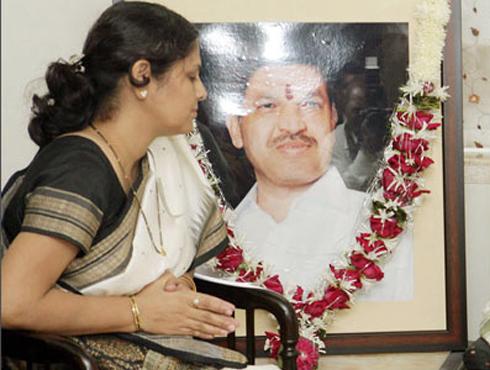 <h3>स्मिता साळसकर, शहीद विजय साळसकर यांची पत्नी</h3><br/>२६/११ या मुंबई हल्ल्यातील दोषी दहशतवादी अजमल कसाबला फाशी देण्यात आल्याने खऱ्या अर्थाने न्याय मिळाला आहे... हिच माझ्या पतीला खरी श्रद्धांजली आहे, असे शहीद झालेले पोलीस अधिकारी विजय साळसकर यांची पत्नी स्मिता साळसकर यांनी म्हटलंय. <br><br>कसाबला फाशी होईल की नाही, याविषयी शंका होती. पण, आज त्याला फासावर लटकविण्यात आल्याने मला आनंद होत असल्याचे, स्मिता साळसकर यांनी सांगितले. या हल्ल्याचे सूत्रधार पाकिस्तानमध्ये बसले असून, त्यांना शिक्षा होणे गरजेचे आहे. त्यांना शिक्षा झाल्याशिवाय समाधान मिळणार नाही. कसाबच्या फाशीमुळे पाकिस्तानचा खरा चेहरा समोर आला आहे, असे त्या म्हणाल्या. <br><br>कसाबच्या फाशीमुळे जगात एक चांगला संदेश गेला आहे. त्यामुळे आनंद आहे. शिवसेनाप्रमुख बाळासाहेब ठाकरे आणि आमची एकच मागणी होती की कसाबला फाशी द्या, ती आज पूर्ण झाली आहे, असे साळसकर म्हणाल्या. तसेच संसद हल्ल्यातील प्रमुख आरोपी अफजल गुरूलाही लवरात लवकर फाशी दिली पाहीजे. तर कसाबच्या दयेचा अर्ज राष्ट्रपतींनी फेटाळल्याने त्यांचे अभिनंदन करायला हवे, असे स्मिता साळसकर यांनी म्हटलंय.
