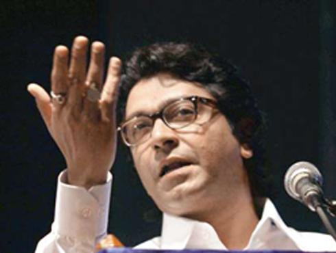 <h3>जवान शहीद होत असताना, पाकशी क्रिकेट सामने कशासाठी? - राज</h3><br/>www.24taas.com, मुंबई<br><br>`केंद्रातील सरकार आणि भाजपचा चर्चेचा खेळ सुरू आहे. समझोता एक्सप्रेस कोणी सुरू केली?` असा खडा सवाल करून मनसे अध्यक्ष राज ठाकरे यांनी भारत-पाकिस्तान प्रश्नावर जोरदार टीका केली. `सीमेवर पाकचा धिंगाणा चालला असताना क्रिकेट सामने आणि अमन की आशा हे कार्यक्रम कशासाठी? असाही सवाल राज ठाकरेंनी केला.` <br><br>`जे जवान शहीद होत आहेत, त्यांच्यासाठी भविष्यात काय सरकार करते, सीमेवरील जवानांचा खेळ चाललाय. दोन दिवस सहानभुती दाखवायची, हेच सरकारचे धोरण आहे.` यापुढे काही घडले तर पाकिस्तानला उत्तर देऊ असे सांगणारे सिंग आधी घडलंय त्याकडे बघा, असं म्हणतं राज ठाकरे यांनी सरकारवर टीका केली आहे. तसेच लष्करप्रमुख विक्रम सिंग यांच्यावर राज ठाकरे यांनी तोंडसुख घेतले आहे. <br><br>हॉकी क्रिकेट सुरू रहाते आणि जवानांचा बळी जातो, सरकार का ठोस भूमिका घेत नाही? रालोआ सरकारच्या काळात सुरू केलेल्या समझोता एक्स्प्रेस आणि बसगाड्यांवरही त्यांनी टीका केली. कोणी या गाड्या सुरू करायला सांगितल्या होत्या?
