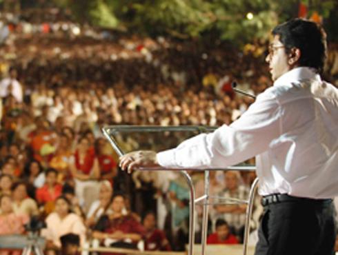 <h3>राज ठाकरेंचा महाराष्ट्र दौरा...</h3><br/>www.24taas.com, मुंबई<br><br>मनसे अध्यक्ष राज ठाकरे संपूर्ण महाराष्ट्राचा दौरा करणार आहेत. त्यांच्या दौऱ्यात ते प्रत्येक ठिकाणी सभा घेणार आहेत. त्यामुळे त्यांच्या सभेतून ते कोणावर तोफ डागणार याकडेच साऱ्यांचे लक्ष लागून राहिले आहे. राज ठाकरे यांचा दौरा नक्की कसा असणार, त्यांच्या सभा कुठे-कुठे होणार याची माहिती पुढीलप्रमाणे देण्यात आला आहे. <br><br>१२.२.२०१३ - कोल्हापूर येथे संध्या. ६.३० वा. जाहीर सभा<br><br>१५.२.२०१३ - खेड येथे संध्या. ६.३० वा. जाहीर सभा<br><br>२२.२.२०१३ - सोलापूर येथे संध्या. ६.३० वा. जाहीर सभा<br><br>२६.२.२०१३ - परभणी येथे संध्या. ६.३० वा. जाहीर सभा<br><br>२.३.२०१३ - जालना येथे संध्या. ६.३० वा. जाहीर सभा<br><br>१५.३.२०१३ - नागपूर येथे संध्या. ६.३० वा. जाहीर सभा<br><br>२४.३.२०१३ - अमरावती येथे संध्या. ६.३० वा. जाहीर सभा<br><br>७.४.२०१३ - जळगाव येथे संध्या. ६.३० वा. जाहीर सभा