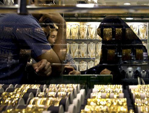 <h3>आर्थिक (वित्तीय स्वास्थ्य) घडी बसविण्यासाठी</h3><br/><br>भारतात इंधनानंतर (पेट्रोलियम उत्पादन) सोने आयात करण्यात येत आहे. सोन्याचा आयातीत दुसरा क्रमांक लागतो. चालू आर्थिक वर्षात पहिल्या तिमाहीत भारतात जवळपास ३८ अरब अमेरिकी डॉलर सोन्याची आयात करण्यात आली. २०११-१२मध्ये सोनेच्या आयातीची किंमत होती ५६५०००००००० अमेरिकी डॉलर.<br><br>भारतीय रिझर्व्ह बॅंक पॅनेलने सांगितले की, सोन्यावर कोणताही कर द्यावा लागत नाही. मात्र, सोन्यामध्ये केलेली गुंतवणूक फायदेशीर ठरते. त्यामुळे सोने खरेदीवर लोकांचा भर असतो. त्यामुळे सोन्याची मागणी वाढत आहे. त्यासाठी सोन्याची आयात करण्यात येत आहे.<br> <br>चालू खात्यातील घाटा कमी करण्यासाठी आणि आर्थिक घडी बसविण्यासाठी तसेच त्यात सुधारणा होण्यासाठी भारतात सोने आयात कण्यात येत आहे.<br>
