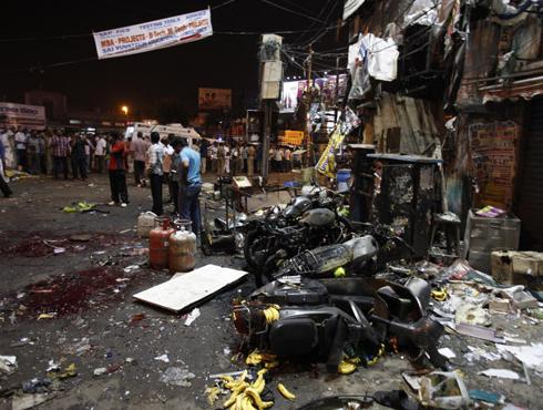 <h3>हैदराबादमध्ये दोन शक्तीशाली स्फोट, १० ठार ५० जखमी</h3><br/>www.24taas.com, हैद्राबाद<br><br>हैदराबादमधील दिलसुखनगरमधील वेंकटाद्री थिएटर आणि बसस्टॉपजवळ स्फोट झाले आहेत. दोन शक्तीशाली स्फोट झाल्याचे वृत्त हाती येत आहे. <br><br>या दोन स्फोटात १० जण ठार तर ५० जण जखमी झाल्याचे प्राथमिक वृत्त समजते आहे. अतिशय गजबजलेल्या या परिसरात हा स्फोट झाल्याने मृतांचा आकडा वाढण्याची शक्यता आहे.<br><br>स्फोटानंतर हैदराबाद परिसरात खबराट झाली आहे. हे स्फोट कशामुळे झाले आहे याबाबत अजूनतरी कोणत्याही प्रकारची माहिती उपलब्ध झालेली नाही.<br><br>हैदराबादमध्ये दोन स्फोट, NSGची टीम हैदराबादला रवाना<br>- दिलसुखनगरमध्ये दोन स्फोट<br><br>- पहिला आनंदकिशनमध्ये स्फोट<br><br>- दुसरा स्फोट कोणार्क थिएटरजवळ स्फोट<br><br>- हैदराबादमधील स्फोटात १० ठार ५० जखमी<br>