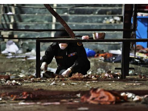 <h3>सायकलवर ठेवले होते बॉम्ब</h3><br/>www.24taas.com,हैदराबाद<br><br>हैदराबादमध्ये झालेले साखळी बॉम्बस्फोट झालेत. हे बॉम्ब सायकलवर ठेवण्यात आले होते. गर्दीच्या ठिकाणी हे बॉम्बस्फोट सायंकाळी सात वाजण्याच्या सुमारास घडवून आणलेत. या बॉम्बस्फोटात ११ ठार झाले असून ५० पेक्षा जास्त जखमी झालेत.<br><br>कोणार्क आणि व्यंकटाद्री चित्रपटगृहांसह दिलसुखनगर बस स्थानक परिसरात दोन साखळी बॉम्बस्फोट झाल्याने शहरात भीतीचे वातावरण पसरले आहे. या भीषण बॉम्बस्फोटांत ११ जण ठार झालेत. मृतांचा आकडा वाढण्याची भीती व्यक्त करण्यात येत असून जखमींचा आकडा वाढण्याची शक्यता आहे.<br>अत्यंत वर्दळीच्या ठिकाणी बॉम्बस्फोट झाल्याने मृतांची संख्या वाढण्याची शक्यता आहे. दिलसुखनगर भागाची नाकाबंदी करण्यात आली आहे. हा परिसर रिकामा करण्यात येत आहे. या भागात साईबाबांचे प्रसिद्ध मंदिर आहे. आज गुरुवारी मंदिरासमोर दर्शनासाठी रांगा लागल्या असल्याने अनेक भाविक जखमी झाले आहेत. जखमींना सरकारी रुग्णालयात दाखल करण्यात आले आहे. <br><br>बॉम्बस्फोटाचे वृत्त हाती आल्यानंतर दिल्ली, मुंबईसह अनेक शहरांमध्ये हायअलर्ट जारी करण्यात आला आहे. दरम्यान आंध्रप्रदेशचे पोलीस महासंचालक दिनेश रेड्डी यांनी हा दहशतवादी हल्ला असल्याचे म्हटले आहे. <br><br>तर केंद्रीय गृहमंत्री सुशीलकुमार शिंदे यांनी दोन बॉम्बस्फोट झाल्याचे म्हटले आहे. या हल्ल्यात ११ ठार झाल्याचे सांगतानाच दहशतवादी हल्ले होण्याची माहिती आधीच मिळाली होती, असे स्पष्टीकरण शिंदे यांनी दिलेय. <br>
