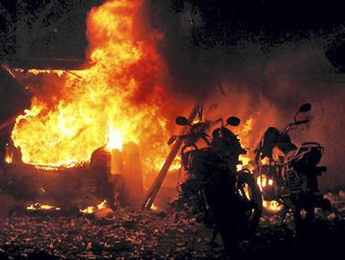 <h3>भारताला हादरविणारे आतापर्यंतचे बॉम्बस्फोट</h3><br/>www.24taas.com, मुंबई<br><br>- १३ जुलै २०११, मुंबई बॉम्बस्फोट २० ठार, १०० जखमी<br>- ३० ऑक्टोबर २००८, आसाममध्ये बॉम्बस्फोट, ६१ ठार, ३०० जखमी<br>- २७ सप्टेंबर २००८, दिल्लीत बॉम्बस्फोट, १ ठार <br>- १३ सप्टेंबर २००८, दिल्ली बॉम्बस्फोट, २१ ठार, १०० जखमी<br>- २६ जुलै २००८ अहमदाबाद बॉम्बस्फोट, ४५ ठार, १५० जखमी<br>- २५ जुलै २००८ बंगळुरू बॉम्बस्फोट, १ ठार, १५० जखमी<br>- १३ मे २००८, जयपूर बॉम्बस्फोट, ६३ ठार, १५० जखमी<br>- २५ ऑगस्ट २००७, हैदराबाद बॉम्बस्फोट, ४२ ठार, ५० जखमी<br>- २६ मे २००७, गुवाहाटी बॉम्बस्फोट, ६ ठार, ३० जखमी<br>- १८ मे २००७ हैदराबाद बॉम्बस्फोट, १३ ठार <br>- ८ सप्टेंबर २००६, मालेगाव बॉम्बस्फोट, ३७ ठार, १२५ जखमी<br>- ११ जुलै २००६, मुंबई साखळी बॉम्बस्फोट, २०० ठार<br>- ७ मार्च २००६, वाराणसीत बॉम्बस्फोट, २८ ठार, १०१ जखमी<br>- २९ ऑक्टोबर २००५, दिल्लीत साखळी बॉम्बस्फोट, ५९ ठार, २०० जखमी<br>- १५ ऑगस्ट २००४, आसाम बॉम्बस्फोट, १६ ठार<br>- २५ ऑगस्ट २००३, मुंबई बॉम्बस्फोट, ५२ ठार, १५० जखमी<br>- १४ मे २००२, जम्मूत बॉम्बस्फोट, ३० ठार<br>- १३ डिसेंबर २००१, दिल्ली बॉम्बस्फोट, १२ ठार, १८ जखमी<br>- १४ फेब्रुवारी १९९८, कोईम्बतूर बॉम्बस्फोट, ४६ ठार, २०० जखमी<br>- १२ मार्च १९९३, मुंबईत साखळी बॉम्बस्फोट, २५७ ठार, ७०० जखमी<br>
