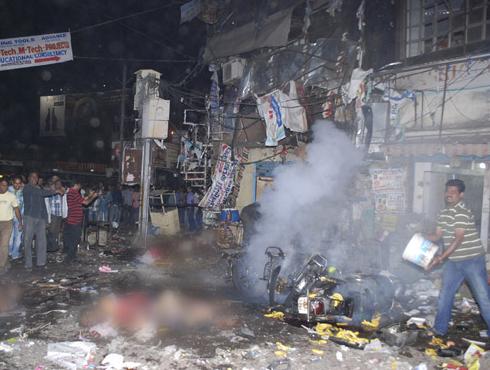 <h3>LIVE- हैदराबाद स्फोट-आयईडीसह १ किलो स्फोटके वापरली</h3><br/>www.24taas.com, हैदराबाद <br><br>लाइव्ह अपडेट्स - <br>• हैदराबाद येथे गेल्या वर्षी ऑक्टोबरमध्ये दिल्ली पोलिसांच्या विशेष पथकाने अटक केलेल्या इंडियन मुजाहीद्दीनच्या दहशतवाद्याची दिल्ली आणि हैदराबाद पोलीस चौकशी करणार आहेत. <br>• लोकसभेत हैदराबाद स्फोटावरून गदारोळ लोकसभा ३.३० वाजेपर्यंत तहकूब.<br>• गृहमंत्री सुशीलकुमार शिंदेच्या लोकसभेतील वक्तव्यानंतर या संदर्भात चर्चा होणार नसल्याचे लोकसभेचे उपाध्यक्ष करिया मुंडा यांनी जाहीर केल्यानंतर लोकसभेत गदारोळ<br>• हैदराबादमधील प्रत्येक स्फोटात १ किलो स्फोटके वापण्यात आल्याची माहिती समोर येत आहे. घटनास्थळावरून लाल आणि करड्या रंगाचे द्रव्य सापडले. स्फोट घडविण्यासाठी टायमरचा वापर करण्यात आला होता. <br>• स्फोट रुटीन असल्याच्या सुशीलकुमार शिंदेच्या वक्तव्याचा भाजप नेत्या सुषमा स्वराज यांनी निषेध व्यक्त केला. <br>• स्फोटकांसाठी आयईडीचा वापर करण्यात आला होता. हे स्फोटकं सायकलीवर ठेवण्यात आले होते. तपास यंत्रणाच्या तपासात निष्पन्न. सुशीलकुमारांचे लोकसभेत वक्तव्य. <br>• एनआयए आणि इतर तपास यंत्रणांनी घटनास्थळावरून फॉरेन्सिकचे पुरावे गोळा केले. <br>• भाजप अध्यक्ष राजनाथ सिंह आणि प्रवक्ते शेहनवाज हुसे यांनी घटनास्थळाची पाहणी करण्यात आली. <br>• पाकिस्तानने स्फोटांचा निषेध केला. <br><br>हैदराबाद येथील दिलसुखनगरमध्ये झालेल्या स्फोटाप्रकरणी एक धक्कादायक बाब समोर आली आहे. दिलसुखनगर भागातील घटनास्थळाजवळील एका खांबावर असलेल्या सीसीटीव्हीचे कनेक्शन चार दिवसांपूर्वीच कापले गेले होते. <br><br>स्फोटासंदर्भातील महत्त्वपूर्ण पुरावा या सीसीटीव्ही फुटेजच्या माध्यमातून मिळाला असता परंतु, आता हे कनेक्शन कापले गेल्यामुळे तपास यंत्रणेच्या अडचणीत वाढ झाली आहे. सीसीटीव्हीचे कनेक्शन कोणी कापले या संदर्भात आता पोलिस तपास करीत असून या दहशतवादी होते का याचा तपास पोलिस लावत आहेत. <br><br><br>स्फोटांमध्ये अमोनियम नायट्रेडचा वापर <br><br>हैदराबाद स्फोटांना १६ तास उलटून गेल्यानंतर आता अनेक आघाड्यांवर याचा तपास सुरू आहे. एकीकडे फोरेन्सिक तज्ज्ञ घटनास्थळावर काही धागेदोरे हाती लागतायत का? याचा शोध घेतायत तर दुसरीकडे गुप्तचर <br>यंत्रणाही कामाला लागल्यात.<br>पुण्यातल्या जंगली महाराज रोडवरील स्फोटांशी याचं सा