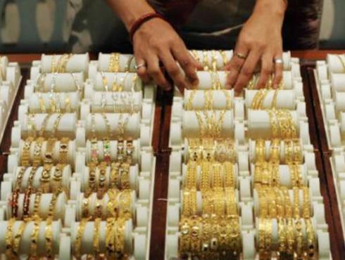 <h3>गोल्ड (सोने) डिपॉझिट स्कीम (जीडीएस)</h3><br/><br>या आठवड्यात सेबीने आणि रिझर्व्ह बॅंकेने सोन्याच्याबाबत एक महत्वपूर्ण निर्णय घेतलाय. सोने तारण ठेवण्याचे धोरण बॅंकांनी अवलंबिले आहे. बॅंकेत सोने ठेवण्याची योजना सुरू केली आहे. गोल्ड डिपॉझिट स्कीम (GDS) ही एक योजना आहे. ही योजना सरल आणि आकर्षक योजना आहे. त्यामुळे सर्वसामान्य माणसाला या योजनेचा लाभ मिळू शकेल. सोन्याची गुंतवणूक ही यामुळे फायदेशीर होणार आहे. काही अटींवर बॅंकाना जीडीएसच्या माध्यमातून गुंतवणूक करण्यास परवानगी देण्यात आलीय. ही गुंतवणूक २० टक्क्यांपेक्षा जास्त असणार नाही. सोन्याची वाढती मागणी आणि आता भारतीय रिझर्व्ह बॅंकेने जीडीएसच्या माध्यमातून परिवर्तन केले आहे. २०१३च्या अर्थसंकल्पात याबाबत ठोस उपाय योजना होण्याची शक्यता आहे. त्यासाठी अर्थतज्ज्ञांनी आणि अभ्यासकांनी तशी मागणी केलीय. बॅंकेत सोने ठेवण्यासाठी प्राधान्य देण्याची मागणी आता होवू लागली आहे.<br>
