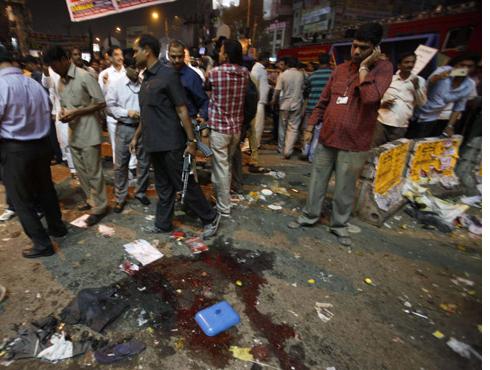 """<h3>पंतप्रधानांचं शांततेचं आवाहन, पीडितांना मदत जाहीर</h3><br/>www.24taas.com, नवी दिल्ली<br><br>हैदराबादमध्ये घडलेल्या बॉम्बस्फोटांवर पंतप्रधान मनमोहन सिंग यांनी आपली प्रतिक्रिया दिली आहे. ट्विटरवर पंतप्रधान कार्यालयाने शांतता राखण्याचंही आवाहन केलं आहे. """"हा अत्यंत नृशंस हल्ला आहे. या हल्ल्याच्या दोषींना कडक शासन करण्यात येईल. तसंच सामान्य जनतेने न घाबरता शांतता राखावी."""" <br><br>हैदराबादमधील स्फोटानंतर केंद्रीय मत्रीमंडळाची बैठक बोलावण्यात आली. यामध्ये पंतप्रधान मनमोहन सिंग यांना घडलेल्या घटनेबद्दल वृत्त देम्यात आलं. """"पंतप्रधान डॉ. मनमोहन सिंग यांनी हैदराबादमधील बॉम्बस्फोटांचा तीव्र निषेध केला आहे. बॉम्बस्फोटात प्राण गमावणाऱ्या लोकांबद्दल आपलं दुःख व्यक्त केलं आहे. याच बरोबर सर्वांनी शांतता राखावी, असंही आवाहन पंतप्रधान करत आहेत."""" असं पंतप्रधानांच्या अधिकृत वक्तव्यामध्ये सांगण्यात आलं आहे.<br>पंतप्रधानांनी बॉम्बस्फोटामधील मृतांच्या नातेवाईकांना प्रत्येकी २ लाख रुपयांची तर जखमी झालेल्या व्यक्तींना प्रत्येकी ५०,००० रुपयांची मदत जाहीर केली आहे. आंध्र प्रदेश राज्य सरकारतर्फेही मृतांच्या नातेवाइकांना ६ लाख रुपयांची मदत जाहीर करण्यात आली आहे. <br>"""
