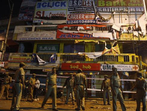<h3>`पोलिसांचं अपयश नाही; बॉम्बस्फोटाबद्दल निश्चित माहिती नव्हती`</h3><br/>www.24taas.com, हैदराबाद <br><br>केंद्रीय गृहमंत्री सुशीलकुमार शिंदे आज सकाळी साडे सातच्या सुमारास हैदराबादमध्ये दाखल झालेत. बॉम्बस्फोट झालेल्या ठिकाणी जाऊन घटनास्थळाची पाहणी त्यांनी यावेळी केली. त्यानंतर त्यांनी हॉस्पीटलमध्ये जाऊन जखमींचीही विचारपूस केली. 'बॉम्बस्फोटाबद्दल निश्चित माहिती नव्हती... पण, हे पोलिसांचं अपयश म्हणता येणार नाही' असं सुशीलकुमार शिंदे यांनी म्हटलंय. यावेळी त्यांच्याबरोबर आंध्रप्रदेशचे मुख्यमंत्री किरणकुमार रेड्डी हेही उपस्थित होते.<br><br><br>स्फोटामध्ये १४ जण मृत्यूमुखी पडलेत तर ११९ जण जखमी झाल्याची माहिती गृहमंत्र्यांनी दिलीय. स्फोटातील ६ जखमींची प्रकृती गंभीर असल्याचं समजतंय. जखमींचा वैद्यकीय खर्च सरकारकडून केला जाणार आहे. मृतांच्या नातेवाईकांना राज्य सरकारकडून सहा लाखांची तर केंद्र सरकारकडून मृतांच्या नातेवाईकांना प्रत्येकी २ लाख रुपयांची तर जखमींना प्रत्येकी ५०,००० रुपयांची मदत मिळणार आहे. <br><br>गुरुवारी दिलसुखनगर या हैदराबादच्या अत्यंत गजबजलेल्या भागात ऐन गर्दीच्या वेळी झालेल्या स्फोटांमुळे एकच गडबड उडाली. याधीही या भागात २००२ मध्ये स्फोट घडवण्यात आले होते. त्यानंतर पुन्हा एकदा निष्पापांच्या किंचाळ्यांनी हा भाग हादरला. स्फोटानंतर लगेचच NIA, NSG, IB, ATS अशी तपास पथकं तात्काळ हैदराबादच्या दिशेने रवाना झाली. १०० ते १५० मीटर अंतरावर असलेल्या सायकलवर ठेवलेल्या टिफीन बॉक्समधून हे स्फोट घडवण्यात आल्याचं समजतंय. या हल्ल्याची पूर्वसूचना दोन दिवसांपूर्वी मिळाल्याचं केंद्रीय गृहमंत्री सुशीलकुमार शिंदे यांनी गुरुवारी म्हटलं होतं. त्यानुसार राज्यांना सर्तकतेचा इशारा दिला होता असंही त्यांनी म्हटलंय. हैदराबादच्या या स्फोटांच्या पार्श्वभूमीवर राजधानी दिल्लीसह कर्नाटक, केरळ, पश्चिम बंगाल आणि महाराष्ट्र या राज्यांमध्ये हाय अलर्ट घोषित करण्यात आला आहे. <br><br><br><br>'हैदराबादमध्ये झालेले हे स्फोट वेदनादायी आहेत. केंद्र सरकार हैदराबादच्या या स्फोटानंतर पुर्णपणे राज्य सरकारला सर्वतोपरी मदत करणार आहे. त्याचप्रमाणं भविष्यात अशा प्रकारे दहशतवादी घटनांबद्ल सतर्कता बाळगावी' असं आवाहन आंध्र प्रदेशचे मुख्यमंत्री किरणकुमार रेड्डी यांनी केलय. पंतप्रधान मनमोहन सिंग, काँग्रेस अध्यक्षा सोन