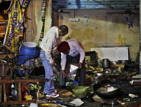<h3>हैदराबाद स्फोट : अफजल गुरुच्या फाशीचा बदला</h3><br/>www.24taas.com, नवी दिल्ली <br><br>संसद हल्ल्याचा सूत्रधार अजफज गुरुच्या फाशीचा बदला घेण्यासाठी हैदराबादमध्ये बॉम्बस्फोट घडवून आणल्याची माहिती समोर येतेय. या बॉम्बस्फोटांचा कट सीमेपलिकडे पाकिस्तानात रचला गेल्याचीही सूत्रांनी माहिती दिलीय. गुप्तचर खात्यानं याबाबत सुरक्षा यंत्रणांना माहिती दिली होती. लष्कर ए तोएबा, हुजी आणि हिजबुल मुजाहिद्दीन या अतिरेकी संघटना या बॉम्बस्फोटांमाग असल्याचा संशय आहे.<br><br>संसद हल्ला प्रकरणातला दोषी अफजल गुरु याच्या फाशीनंतर अतिरेकी संघटनांची पाकिस्तानात एक बैठक झाली होती. त्यानंतर भारतातल्या गुप्तचर यंत्रणांनी सतर्कतेचा इशारा दिला होता. अफजलच्या फाशीनंतर पाकिस्तानात 'युनायटेड जेहाद काऊन्सिल'नं या घटनेचा बदला घेण्याचा निर्णय घेतला होता, असंही म्हटलं जातंय.<br>'भारतात दहशतवादी हल्ल्याचा कट रचला जातोय... बॉम्बस्फोट होऊ शकतात, अशी माहिती दोन दिवसांपूर्वीच मिळाली होती' असं गृहमंत्री सुशीलकुमार शिंदे यांनी गुरुवारी माहिती दिली होती. अफजल गुरुला फासावर चढवल्यानंतर दहशतवादी संघटनांनी या घटनेचा बदला घेणार असल्याचं जाहीरपणे सांगितलं होतं. गुप्तचर यंत्रणांनी काश्मीरमध्ये लष्कर-ए-तोयबा आणि जैश-ए-मोहम्मदसारख्या दहशतवादी संघटनांकडून पाठवण्यात आलेले अनेक संदेशही रेकॉर्ड केलेत. ज्यामध्ये अफजल गुरुच्या फाशीचा बदला घेण्याचाही उल्लेख करण्यात आला होता. <br>