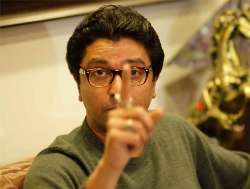 <h3>मराठी`राज`... `माझी भूमिका मराठी माणसासाठीच...`</h3><br/>www.24taas.com, मुंबई <br><br>माझी भूमिका ही मराठी माणसांसाठीच आहे आणि त्यात अजिबात बदल होणार नाही, असं ठासून सांगत राज ठाकरेंनी एकप्रकारे आपल्या कार्यकर्त्यांच्या कृत्याचं समर्थनच केलंय. आज दुपारी साताऱ्यातल्या सैनिकी शाळेत प्रवेश प्रक्रियेवरुन गोंधळ मनसे कार्यकर्त्यांनी राडा केल्यानं परिसरातलं वातावरण तापलं होतं. <br><br>'मी महाराष्ट्राचा आणि महाराष्ट्र माझा'चा जप करणाऱ्या राज ठाकरेंनी शिवसेनेच्या हक्काच्या हिंदुत्वाच्या मुद्यातून अंग काढून घेतलेलं आहे. आपण हिंदुत्वाच्या मुद्यावर नाही तर मराठी माणसासाठी झगडतो, असं आज पुन्हा एकदा राज ठाकरेंनी ठासून सांगितलंय. 'महाराष्ट्रात जर नोकऱ्या निर्माण होणार असतील तर त्या पहिल्यांदा मराठी माणसाला प्राधान्य दिलं पाहीजे... माझी भूमिका ही सदैव मराठी माणसांच्या हक्कासाठी होती आणि राहील त्यात काडीमात्र बदल होणार नाही' असं राज ठाकरेंनी पुन्हा एकदा स्पष्ट केलंय. <br>आज साताऱ्यात महाराष्ट्र नवनिर्माण सेनेच्या कार्यकर्त्यांना राडा केल्याने येथील वातावरण तापले आहे. साताऱ्यातल्या सैनिकी शाळेत प्रवेश प्रक्रियेवरुन गोंधळ झालाय. उत्तरप्रदेश आणि बिहारच्या विद्यार्थ्यांना मनसेच्या कार्यकर्त्यांनी मारहाण केली आहे. आज दुपारीच ही घटना घडलीय. ग्रामीण भागातील मराठी मुलांसाना शिक्षणाची संधी उपलब्ध व्हावी या उद्देशाने साताऱ्यात ही सैनिकी शाळा सुरू करण्यात आली आहे. मात्र, शाळेतील भरतीमध्ये उत्तर प्रदेश आणि बिहारी युवकांना प्राधान्य देण्यात येत होते. प्रवेश घेताना वयाचे खोटे दाखले दिल्याचा आरोप मनसेनेने केलाय. यावेळी मनसे कार्यकर्त्यांनी मारहाण केल्याचे सांगण्यात येत आहे. <br>