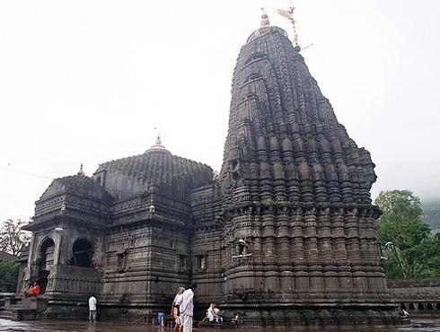 <h3>त्र्यंबकेश्वर</h3><br/>महाराष्ट्रात नाशिकमध्ये गोदावरी नदीच्या किनाऱ्यावर त्र्यंबकेश्वर मंदिर आहे. या मंदिरातील शिवलिंग त्रिमुखी आहे. हे लिंग ब्रह्म, विष्णू आणि शिव या तीनही देवतांचं प्रतिनिधित्व करतं. ब्रह्मगिरी पर्वताच्या पायथ्याशी त्र्यंबकेश्वर वसलेलं आहे. येथे धार्मिक विधी मोठ्या प्रमाणावर चालतात.