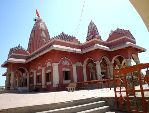 <h3>नागेश्वर</h3><br/>गुजरातमध्ये असणारं दुसरं ज्योतिर्लिंग म्हणजे नागेश्वर. बारा ज्योतिर्लिंगांपैकी एक असणारं नागेश्वर नेमकं कुठलं यावर उत्तरखंड आणि महाराष्ट्रामध्ये वाद चालू आहे. मात्र शिवपुराणाप्रमाणे नागेश्वर दारुकावनातील घनदाट देवदार जंगलामध्ये वसलेलं आहे. या वर्णनानुसार उत्तराखंडाला पूर्वी दारुकावन संबोधत. आणि गुजरातमधील द्वारका परिसरात याचा कुठलाही संदर्भ आढळत नसला, तरीही आज नागेश्वर मंदिर गुजरातमध्येच असल्याचं मानलं जातं.