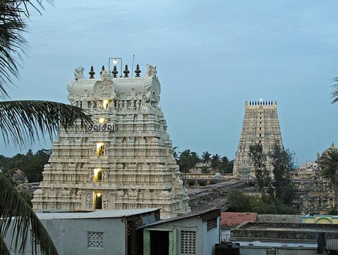 <h3>रामेश्वरम</h3><br/>भारताच्या सर्वांत दक्षिणेकडे असणारं ज्योतिर्लिंग म्हणजे रामेश्वरम.या ठिकाणी भगवान श्रीरामाने भगवान शंकराची उपासना केल्याचं म्हटलं जातं. रावणाविरुद्ध लढण्याचं पाप धुण्यासाठी श्रीरामाने भगवान शंकराची उपासना केली होती. रामेश्वरम हे चारधाम यात्रेपैकी ही एक तीर्थक्षेत्र आहे.