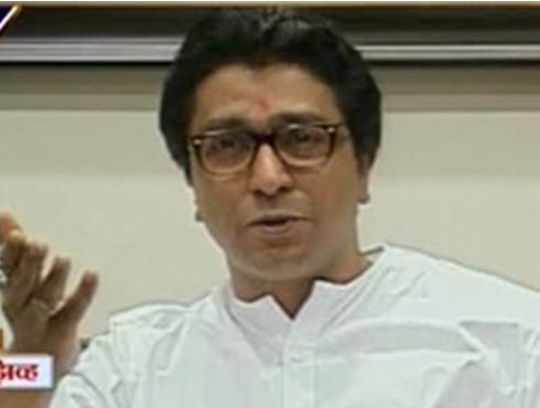 <h3>खडसे मनसे आमदारांना बोलूच देत नाहीत- राज ठाकरे</h3><br/>www.24taas.com, मुंबई<br><br>विधीमंडळ अधिवेशनाला मनसे अध्यक्ष राज ठाकरे यांनी पत्रकार परिषद बोलवली. या परिषदेत युपीएससी परीक्षांमधून प्रादेशिक भाषांची झालेली हद्दपारी या विषयावर ही पत्रकार परिषद आयोजित केली होती.<br><br>युपीएससी परीक्षांमधून मराठी आणि इतर प्रादेशिक भाषा डावलण्याचा निर्णय हा अन्यायकारक असल्याचं राज ठाकरेंनी म्हटलं आहे. यामुळे ग्रामिण भागातून या परीक्षा देणाऱ्या विद्यार्थ्यांचं नुकसान होईल, असं मत राज ठाकरेंनी मांडलं. तसंच यावेळी इतर भाषांना डावलल्यावर हिंदी भाषेला का वगळलं नाही, असा प्रश्न राज ठाकरेंनी केला. हिंदी भाषा ही राष्ट्रभाषा नाही. ती ही राज्यभाषाच आहे, हे दाखवणारे सरकारी पुरावे या वेळी राज ठाकरेंनी सादर केले. तसंच पंडीत जवाहरलाल नेहरु यांच्या वक्तव्याचा दाखला देत हिंदीइतक्याच इतर प्रादेशिक भाषाही राष्ट्रभाषा असल्याचं सप्रमाण सिद्ध केलं. <br><br>हा विषय केंद्रातला असल्यामुळे युपीएससी परीक्षा प्रकरणी महाराष्ट्राच्या ४८ खासदारांनी अधिवेशनात हा विषय उचलून धरावा, अशी विनंती राज ठाकरेंनी केली. त्यांचं नशिब चांगलं म्हणून युपीएससीचं ऑफिस महाराष्ट्रात नाही. असंही इशाऱ्यात राज ठाकरेंनी म्हटलं. <br><br>रतन टाटांसोबत झालेली भेट ही राजकीय दृष्टिकोनातून नसल्याचं राज ठाकरेंनी स्पष्ट केलं. रतन टाटांसारख्या व्यक्तींची भेट हा मला मिळालेला आशिर्वाद असल्याचं मी समजतो, असं राज ठाकरे म्हणाले. रतन टाटांशी दुष्काळ तसंच महाराष्ट्राच्या विकासाबाबत चर्चा केल्याचं राज ठाकरे यांनी सांगितलं. ताडोबा जंगलात वाघ वाचवण्यासाठी काय प्रयत्न करता येईल, यावर दोघांमध्ये चर्चा झाली होती. टाटांनी ताडोबामध्ये रिसॉर्ट्स सुरू करावीत, तसंच कोकण किनारपट्टीवरही व्यापार वाढेल आणि विकास कसा होईल याबद्दल बोलणी झाल्याचं राज ठाकरेंनी सांगितलं. <br><br>स्वबळावर लढण्यावरही राज ठाकरेंनी राष्ट्रवादी काँग्रेसला टोमणा मारला. सकाळी स्वबळावर लढण्याची भाषा करायची आणि संध्याकाळी सेटिंग करायचं ही राष्ट्रवादी काँग्रेसची पद्धत असल्याचं राज ठाकरे म्हणाले. एकनाथ खडसे मनसे मदारांना बोलू देत नाहीत असा आरोपही त्यांनी केला. <br>
