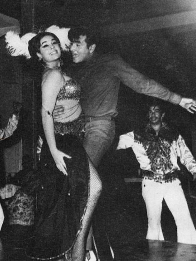 <h3>जितेंद्र-४</h3><br/>अभिनयासोबतच जितेंद्र यांचा डान्स लोकप्रिय झाला. आपल्या डान्समुळे जितेंद्र यांना 'जम्पिंग जॅक' हे नाव पडलं. आजही जितेंद्र यांना प्रेमाने लोक `जम्पिंग जॅक` म्हणतात.