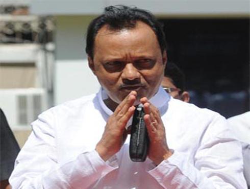 <h3>`अजित पवार लाचखोर मंत्री`</h3><br/>www.24taas.com, मुंबई <br><br>`विदर्भातील गोसीखुर्द सिंचन प्रकल्पातील घोडचेरी सिंचन प्रकल्पात कंत्राटदारानं लाच देऊन आपली कामं करून घेतलीत... आणि या लाच खाणाऱ्यांमध्ये दुसरे तीसरे कुणीही नसून उपमुख्यमंत्री अजित पवार, नितीन गडकरी, गोपीनाथ मुंडे यांचाही समावेश आहे` असा खळबळजनक आरोप सामाजिक कार्यकर्त्या मेधा पाटकर यांनी केलाय. <br><br>गोसीखूर्दचं काम करून घेण्यासाठी कंत्राटदारानं अनेक राजकीय नेत्यांसह सरकारी अधिकार्यांाना लाच दिली... या व्यवहारात अजित पवारांना साडेसत्तावीस कोटी, नितीन गडकरींना ५० लाख, गोपीनाथ मुंडेंना २० लाख अशी लाच देण्यात आल्या आहेत, असंही पाटकर यांनी म्हटलंय. <br><br>गोसीखुर्द कालव्यातील एका भागाचं कॉन्ट्रॅक्ट महालक्ष्मी इन्फ्रास्टक्चर कंपनी लिमिटेडमधल्या एका संचालकाच्या कार्यालयावर इन्कम टॅक्स विभागाच्या अधिकार्यांहनी धाड टाकली होती. या धाडीत पैसेवाटपाबाबतचे काही कागदपत्र इन्कम टॅक्स विभागाच्या अधिकार्यांलच्या हाती लागले होते. हे कागदपत्र मेधा पाटकर यांनी माहितीच्या अधिकाराखाली मिळवले असून या कागदपत्रांच्या आधारे त्यांनी हे आरोप केले आहेत.<br><br>दरम्यान, अर्थसंकल्पीय अधिवेशनाच्या अखेरच्या दिवशी कॅगनंही आपल्या अहवालात जलसंपदा खात्याची पोलखोल केलीय. अर्थखात्याच्या नियोजनशून्य कारभारावरही कॅगनं कडक ताशेरे ओढलेत. जलसंपदा खात्याच्या अनेक प्रकल्पांच्या अव्वाच्या सव्वा किमती वाढवल्याचं अहावालात नमूद करण्यात आलंय. त्यामुळं अजित पवारांना लक्ष्य करण्याची संधी विरोधकांना पुन्हा एकदा मिळालीय.<br>