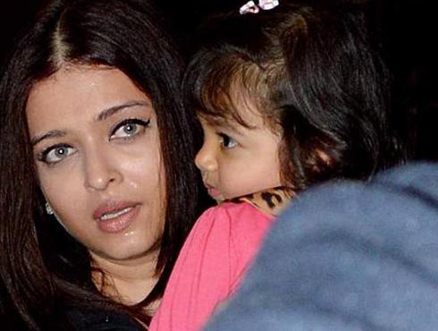 <h3>आराध्या घाबरली...</h3><br/>आराध्या अभिषेक बच्चन. आराध्याची ही पहिली परदेशवारी. आई ऐश्वर्या आणि बाब अभिषेक यांच्याबरोबर तिने केली परदेशवारी. यावेळी काही गोष्टींना पाहून आराध्य थोडी घाबरली. त्यावेळी तिने आईला घट्ट मिठीच मारली.