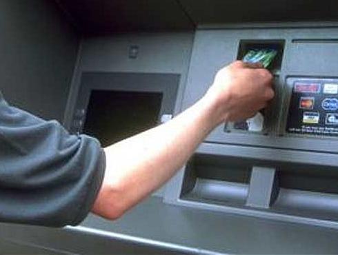 <h3>एटीएम चोराला कसे पकडते?</h3><br/><br>तुम्हांला माहीत आहे का? जर का तुम्हांला तुमच्या एटीएम (ATM) कार्डासमवेत तुमचं अपहरण केलं तर काही काळजी करू नका, तुम्ही त्यास अजिबात विरोध करू नका, अपहरणकर्त्याच्या सांगण्यानुसार ATM मशीनमध्ये तुमचं ATM कार्ड टाका. तुम्ही काळजी करण्याचं काहीही कारण नाहीये. त्यामुळे फक्त तुम्ही अपहरणकर्ते सांगतात त्याप्रमाणे त्यांना पैसे काढून द्या.<br> <br>पण आपल्या ATMचा कोडवर्ड हा उलटा टाईप करा. समजा जर का आपला कोडवर्ड १२३४ असेल तर त्या जागी ४३२१ असा टाईप करा. आणि मग त्यानंतर पाहा काय होतं ते. तुम्ही नंबर उलटा टाईप केल्याने ATM मशीनला कळेल की, तुम्ही काही तरी अडचणीत आहात. त्यामुळे ATM मशीनमधून पैसे बाहेर तर येतील मात्र तेही अर्धे आणि अर्धे पैसे अडकतील मशीनमध्येच. ATM  मशीन ही तुमच्या बॅंकेला आणि जवळील पोलीस स्टेशनला ही सूचना देईल, आणि त्याचबरोबर ATM चा बँकेचा दरवाजा देखील लगेचच बंद होईल. आणि अपहरणकर्त्याला काहीही न कळता तुम्ही सुरक्षितरित्या वाचू शकता.  <br><br><br><a href=
