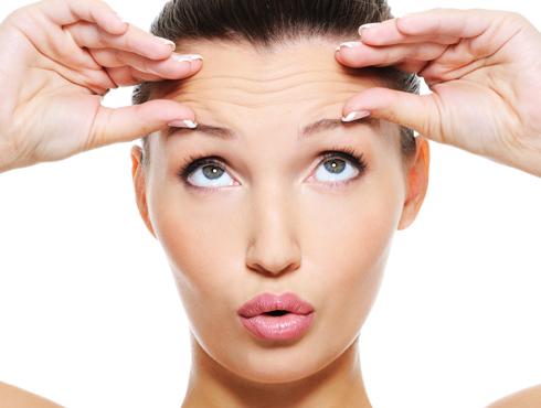 <h3>तुम्हालाही आहेत वाईट सवयी?</h3><br/><br>अनेक जण कमी वयातच चेहऱ्यावर सुरकुत्या येणं, केस पिकणं अशा अनेक समस्यांना सामोरे जाताना दिसतात. त्यातही कुणीतरी आपल्याला 'काका-काकू' म्हणून हाक मारणं हे अगदी अपमानास्पदच वाटतं. जर तुम्हीसुद्धा याच पायरीवर असाल तर थांबा आणि विचार करा, कदाचित तुमच्याच काही सवयींमुळे तुमच्या चेहऱ्यावर म्हातारपणाची लक्षणं दिसून येत असतील. <br><br>विचारपूर्वक लक्ष द्या आणि पहा कदाचित यातल्याच काही सवयी असतील ज्या तुमच्या शरीरावर वाढत्या वयाच्या परिणाम अधिक घडवून आणत आहेत का? <br>