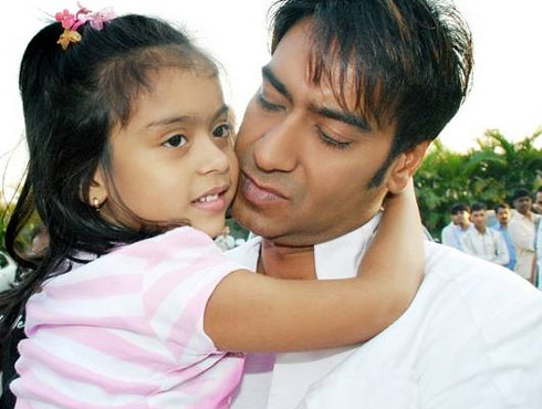 <h3>अजय देवगण</h3><br/>बॉलीवूडमधील प्रसिद्ध नाव अजय देवगण. ज्ञासा आणि युग ही त्याची दोन मुलं. अजय देवगण आपल्या कामात कितीही व्यस्त असला तरी मुलांसाठी तो खास वेळ काढतोच. एकनिष्ठ वडील म्हणून त्याची ख्याती आहे.