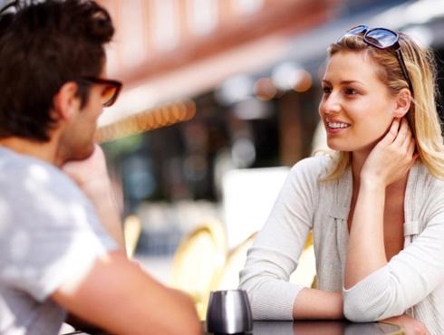 <h3>संभाषण</h3><br/>डेटवर आहात तर जोडीदाराशी सतत कोणत्या ना कोणत्या विषयावर चर्चा करत राहा. विविध विषयांवर आधारित चर्चा करत राहा जेणेकरुन संवादाचा प्रवाह सतत चालू राहील.जर तुम्ही याआधी ऑनलाइन भेटला असाल तर त्याचे प्रोफाईल तपासून त्याच्या आवडीनिवडी जाणून घ्या.  मात्र तुमच्या आधीच्या जोडीदाराविषयी बोलून डेटिंगची मजा घालवू नका.