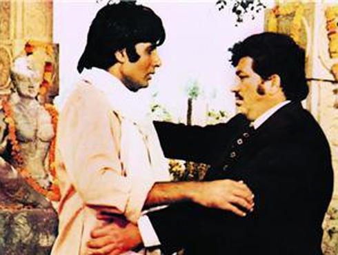 <h3>तेरे जैसा यार कहा – याराना</h3><br/><br>किशोर कुमार यांनी गायलेलं हे आणखी एक मेलॉडी साँग... याराना या सिनेमातील तेरे जैसा यार कहां रे... असं म्हणताना थिरकणारा अमिताभ आजही अनेकांच्या डोळ्यांसमोर येतो. अमजद खान यांच्यासाठी बीग बी या सिनेमात हे गाणं म्हणत आहेत. <br><br><iframe width=