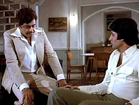 <h3>सलामत रहे दोस्ताना हमारा – दोस्ताना (१९८१)</h3><br/><br>मोहम्मद रफी आणि किशोर कुमार यांची अनोखी जुलगबंदी सलामत रहे दोस्ताना हमारा या गाण्यातून पाहायला मिळते. सिनेमात हे गाणं चित्रीत करण्यात आलंय ते शत्रुघ्न सिन्हा आणि अमिताभ बच्चन यांच्या मैत्रीवर... आनंद बक्षी यांनी या गाण्याचे बोल लिहिलेत.. <br><br><iframe width=