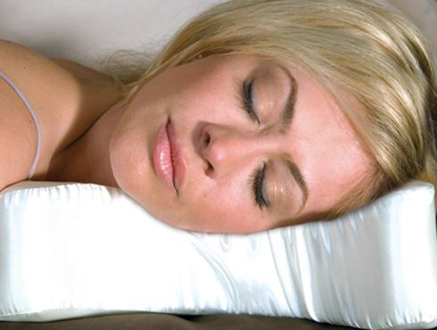 <h3>उशीवर तोंड ठेऊन झोपणं</h3><br/><br>जे लोक जास्त करुन उपडी म्हणजेच पोटावर झोपतात आणि चेहरा उशिवर ठेवतात त्यांच्या चेहऱ्यावर वेळेच्या आधीच सुरकुत्या पडतात. यामुळे त्वचेवरचा तणाव वाढतो आणि वेळेच्या आधिच सुरकुत्या पडतात.<br>