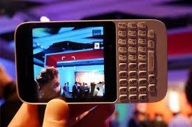 <h3>कॅमेरा</h3><br/>या फोनमध्ये ५ मेगापिक्सेलचा कॅमेरा आहे. ज्यात आपण १०८० पिक्सल एचडी व्हिडिओ शूट करु शकतो. यात ब्लॅकबेरी टाइम शिफ्ट मोड वापरुन परफेक्ट शॉट घेऊ शकतो.<br><br>ब्लॅकबेरी स्टोरीमेकर वापरुन आपण फोटो, व्हिडीओ आणि म्यूझिक यांना जोडून पिक्चरही बनवू शकतो. <br><br>यात २ मेगापिक्सेलचा फ्रंट कॅमेराही आहे