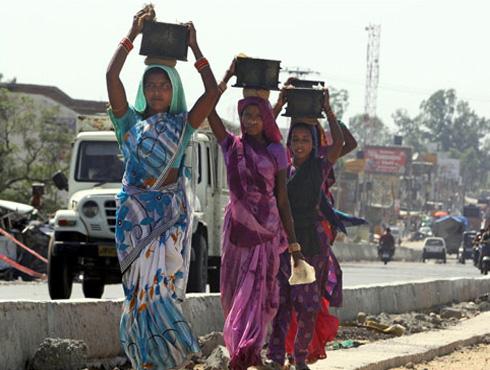 <h3>समान विकासाची गरज</h3><br/>आज आपण भारताचा ६७वा स्वातंत्र्यदिन साजरा करतोय. पण भारतासमोर अनेक आर्थिक आव्हानं आहेत. त्यातलंच एक म्हणजे भारताला समान विकासाची गरज आहे. एकीकडे शहरं वाढतायेत तर दुसरीकडे गावांची हवी तशी प्रगती होत नाहीय.