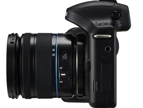 <h3>कसा दिसतो कॅमेरा?</h3><br/><br>कॅमेऱ्याच्या सर्वात वर एक पॉप - अप फ्लॅश युनिट बसवलं गेलंय. या कॅमेऱ्याच्या पाठीमागे एक ४.८ इंचाची एलसीडी टचस्क्रीन आहे. या कॅमेऱ्यात एक इलेक्ट्रॉनिक एसव्हीजीए व्ह्यूफाईंडर बसवण्यात आलाय ज्यामुळे आपण डायरेक्ट सूर्यप्रकाशातही चांगले फोटो काढू शकतो.  <br>