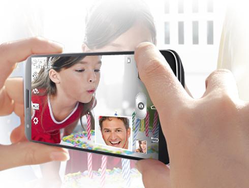 <h3>डबल रेर्कोडींग आणि डबल कॅमेरा</h3><br/><br>ड्युअल रेकॉर्डिंग / ड्युअल कॅमेरा आहे. आपण एकाच वेळी सर्व काही रेर्कोड करू शकतो. एकाच वेळी व्हिडीओ आणि कॅमेरा वापरू शकतो. या फोनचा कॅमेरा १३.० मेगापिक्सल आहे तर फ्रन्ट कॅमेरा २.१ मेगापिक्सल एवढा आहे.<br>