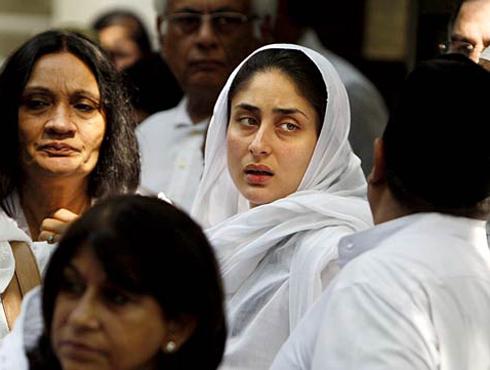 <h3>जबाबदार सून</h3><br/>सैफ मंसूर अली खान पतौडी यांचे अंत्यदर्शन घेण्यासाठी करीना सैफच्या घरी गेली होती. त्यावेळी तिनं सैफची आई शिर्मिला टागोरला खूप धीर दिला आणि कठीण परिस्थितीत साथ दिली. दुःखाच्या प्रसंगी पतौडी घरण्यासही करीनाकडून मिळालेल्या धीरामुळे त्यांनाही खूप आपलेसे वाटले.