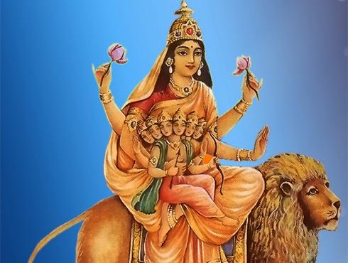 <h3>स्कंदमाता</h3><br/><br>चार हात आणि तीन डोळयांच्या देवीच्या यारूपाचे पूजन पाचव्या दिवशी होतं.