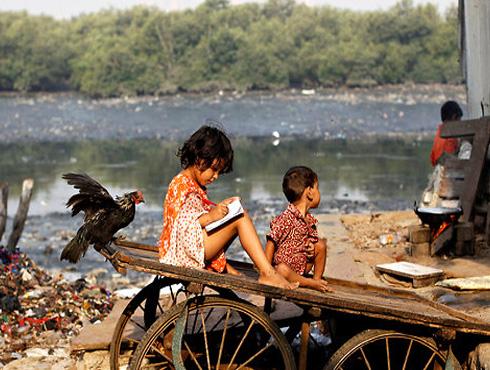 <h3>गरिबीचं संकट कायम</h3><br/>भारतासमोरचं मोठं संकट म्हणजे गरिबी. देशात गरिबी आणि श्रीमंती यातली दरी वाढत चाललीय.