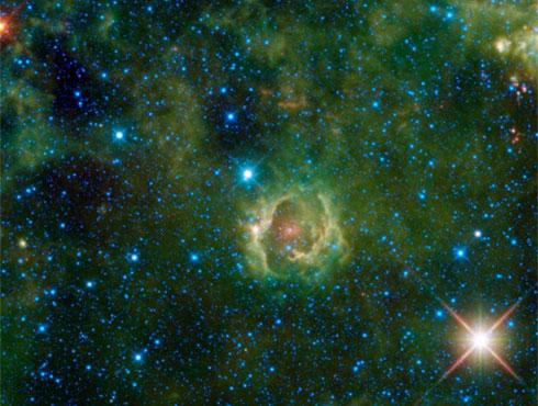 <h3>धुम्रमय नक्षत्रसमूह</h3><br/>या आकाशगंगेत प्रकाशमय दिसणारे ढग असतात. त्यांमध्ये काही डाग असल्याचे दिसते पण ते डाग हे वायू आणि धुळीपासून बनलेले ढग असतात. यामध्ये मुख्य प्रकार म्हणजे  सुर्यमाला धम्रमय नक्षत्रसमुह, उत्सर्जन धम्रमय नक्षत्रसमुह, गडद धम्रमय नक्षत्रसमुह हे आहेत. ज्याने हे फोटो आपल्या कॅमेऱ्यात कैद केले आहेत त्याचे फोटो तर नाही पण त्याने आपल्या कलेने नक्षत्राचे दिसणारे विविध रंग आणि त्याचा तपशील अतिशय संदरपणे आपल्या कॅमेरात घेतले आहे.<br><br>मानव जेव्हा अंतरीक्षमध्ये एका दुर्बिनाच्या साह्याने आकाशगंगेत पाहतो तेव्हा आकाशगंगेतील काहीच रंग तो बघू शकतो. ते दृष्य काही वेळा अस्पष्ट दिसते पण आता असा कॅमेरा आहे की त्यातून आकाशगंगेतील वेगवेगळे रंग आपण बघू शकतो आणि त्या आकर्षित रंगासोबत त्याची सुंदरता देखील कॅमेऱ्यात टिपून घेता येते.<br><br><br>काही वेळा ही दृष्य डोळ्यांना स्पष्टपणे दिसत नाहीत. मग अशा वेळी  दुर्बिनीला जोडलेले DSRL कॅमेऱ्याचा वापर करावा. त्या कॅमेऱ्याचा वापर केल्याने आकाशगंगा आतिशय रंगमय आणि सुंदर दिसते.  <br>