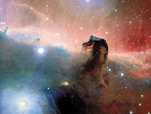 <h3>घोड्याच्या डोक्यासारखे दिसणारे नक्षत्र</h3><br/><br>घोड्याच्या आकारासारखे दिसणाऱ्या या नक्षत्राला याच नावाने ओळखले जाते. हे नक्षत्र मागून येणाऱ्या प्रकाशाला आडवत असतो तर हे एक गडद रंगाचे नक्षत्र आहे. या नक्षत्राच्या मागे एक सुंदर प्रकाशमय वातावरण आहे जे पाहण्यास एक वेगळीच मजा आहे.<br><br>या नक्षत्राचे दृष्य सकाळी ३ ते ५.३० च्या सुमारास पाहिले तर अधिकच सुंदर दिसतात. <br>