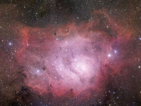 <h3>लैगून नक्षत्र</h3><br/><br>हे नक्षत्र एक विशाल तारा असल्यासारखे दिसते तर एक अनियमित आकृती आहे. गडद आणि उत्सर्जन अस्पष्टताचे एक सुंदर मिश्रण आहे. हे धुम्रमय नक्षत्रामध्ये   त्याच्या काळ्या भागात लालसर रंग दिसतो. <br><br><br>या नक्षत्राचे दृष्य पाहण्यासाठी सकाळी ८ ते २.३० मध्ये पाहणेच योग्य राहिल.<br>