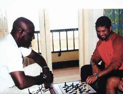 सचिन बुद्धिबळ खेळताना