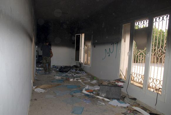 लिबियामध्ये अमेरिकन राजदूतासह चार जणांची हत्या करण्यात आली. या हत्येनंतर बेनगाझी येथील अमेरिकन दूतावासाचे भग्नावशेष.
