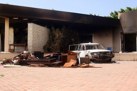 लिबियामध्ये अमेरिकन राजदूतासह चार जणांची हत्या करण्यात आली. या हत्येनंतर बेनगाझी येथील अमेरिकन दूतावासाचे भग्नावशेष आणि जळालेली कार